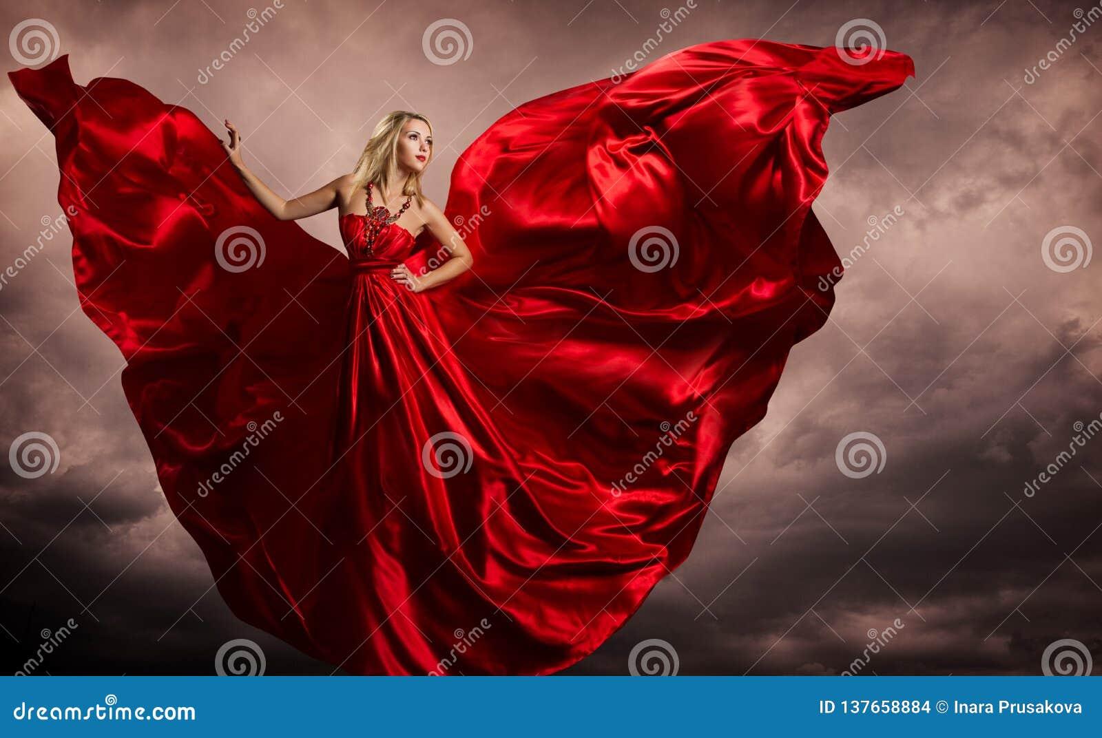Röda klänningvingar för kvinna, modemodell Silk Waving Gown som flyger fladdra tyg på stormvind