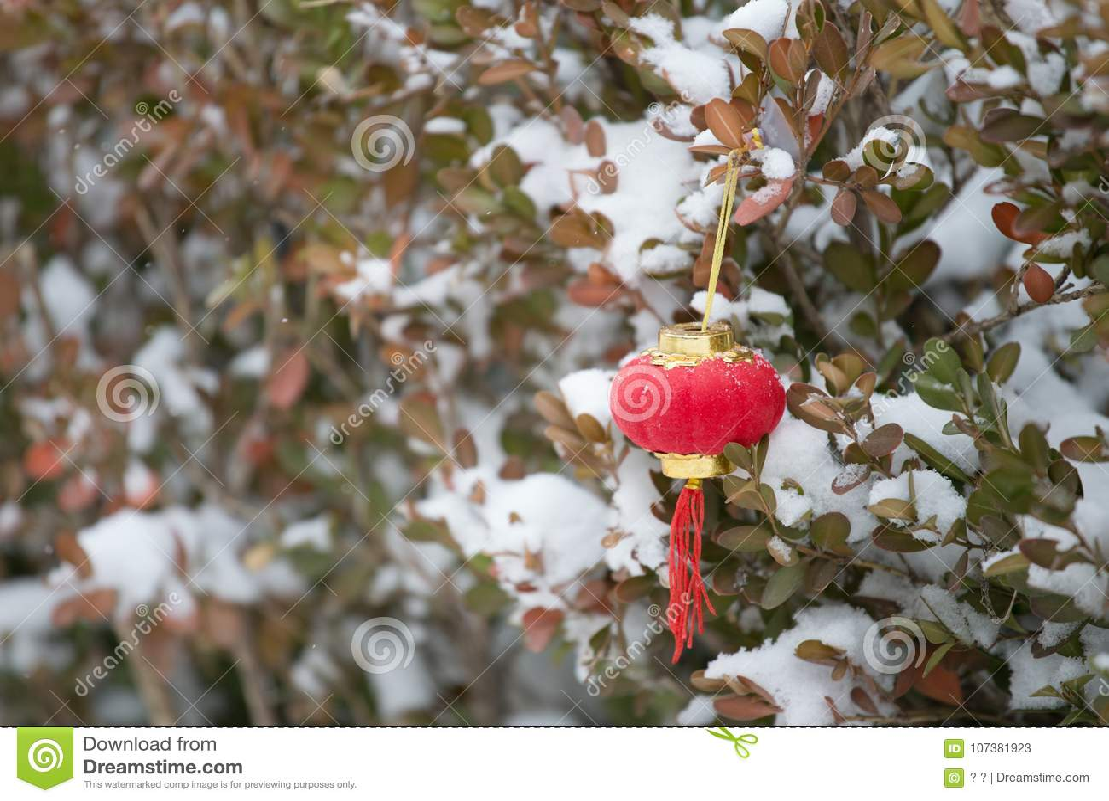 Röda lyktor i snön