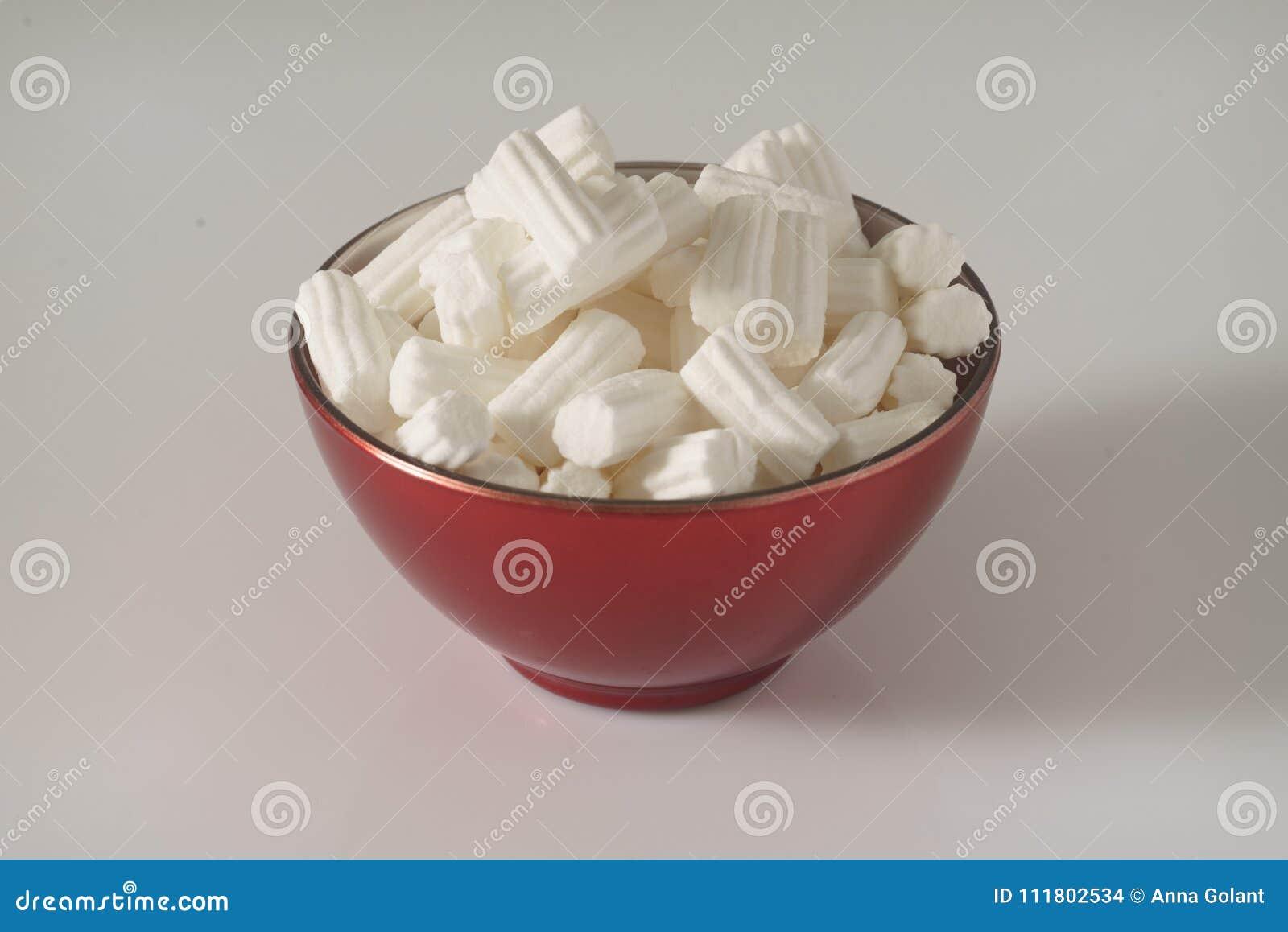 Röda marshmallower för en plattaintelligens på en vit bakgrund close upp behandla som ett barn fotoet för modern för den julclaus