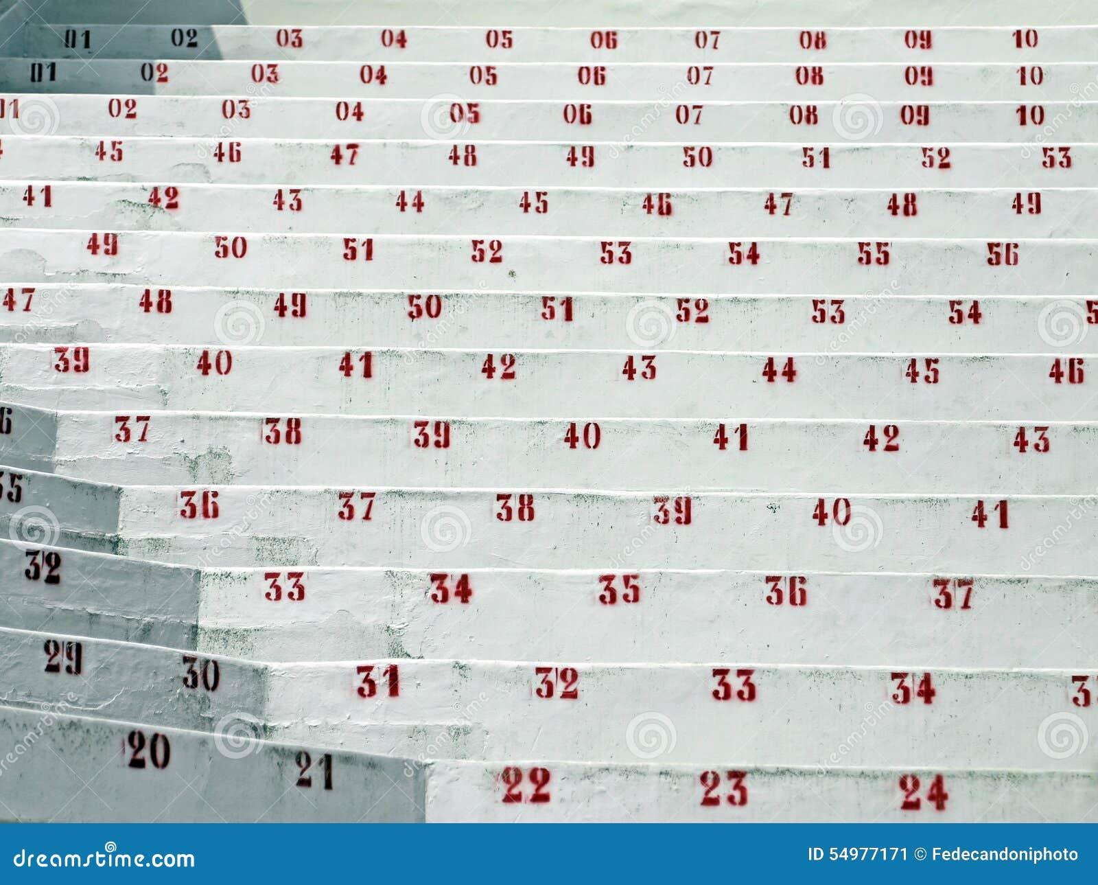 Röda nummer i ställningarna av stadion av fotboll