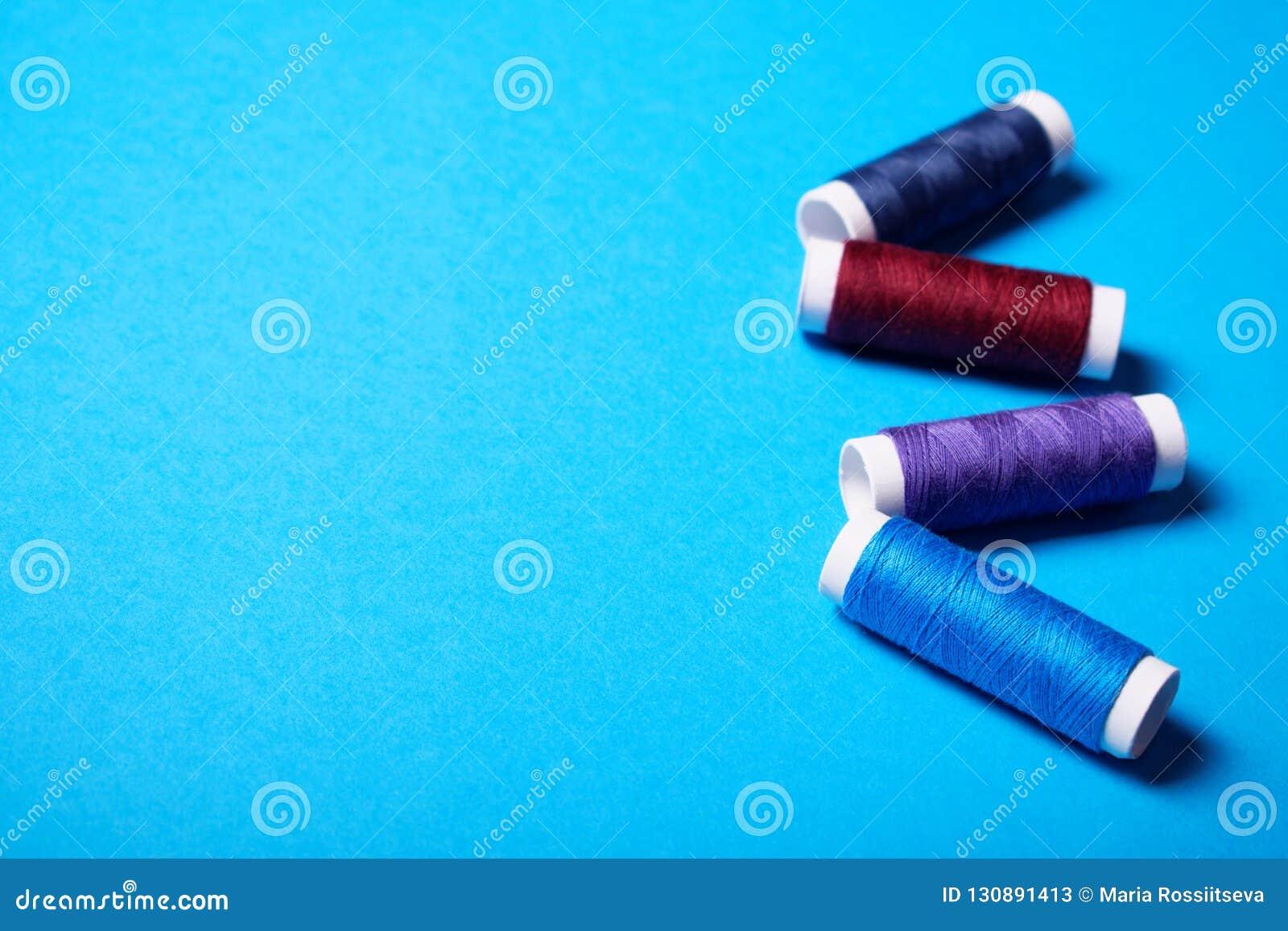Röda och blåa sy trådar