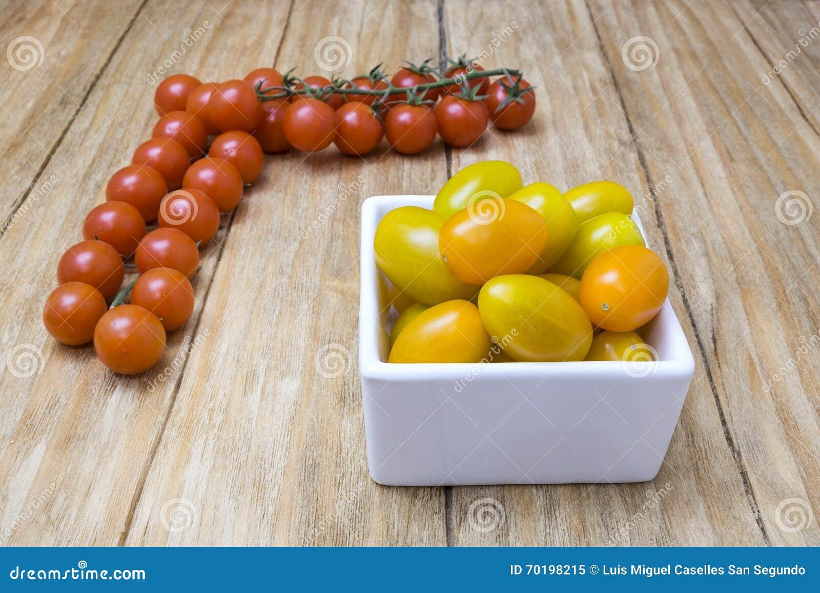 Röda och gula tomater
