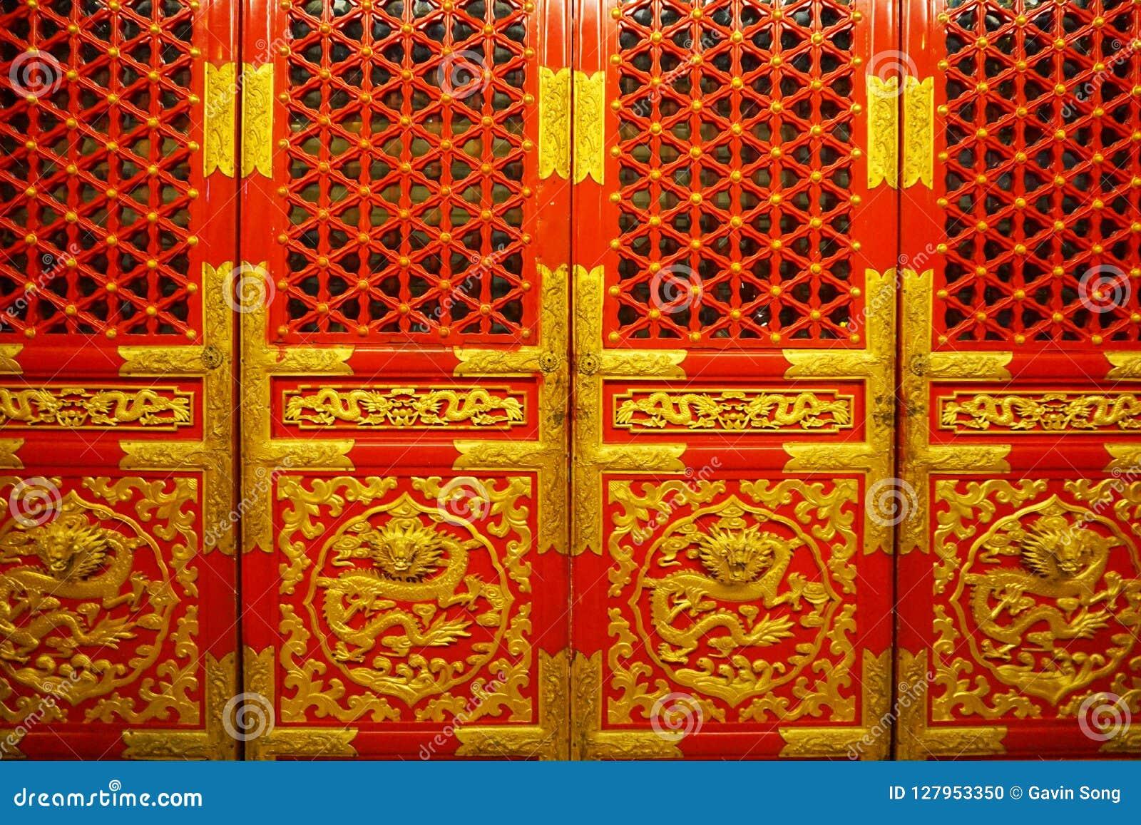 Röda och guld- kinesiska kungliga dörrar