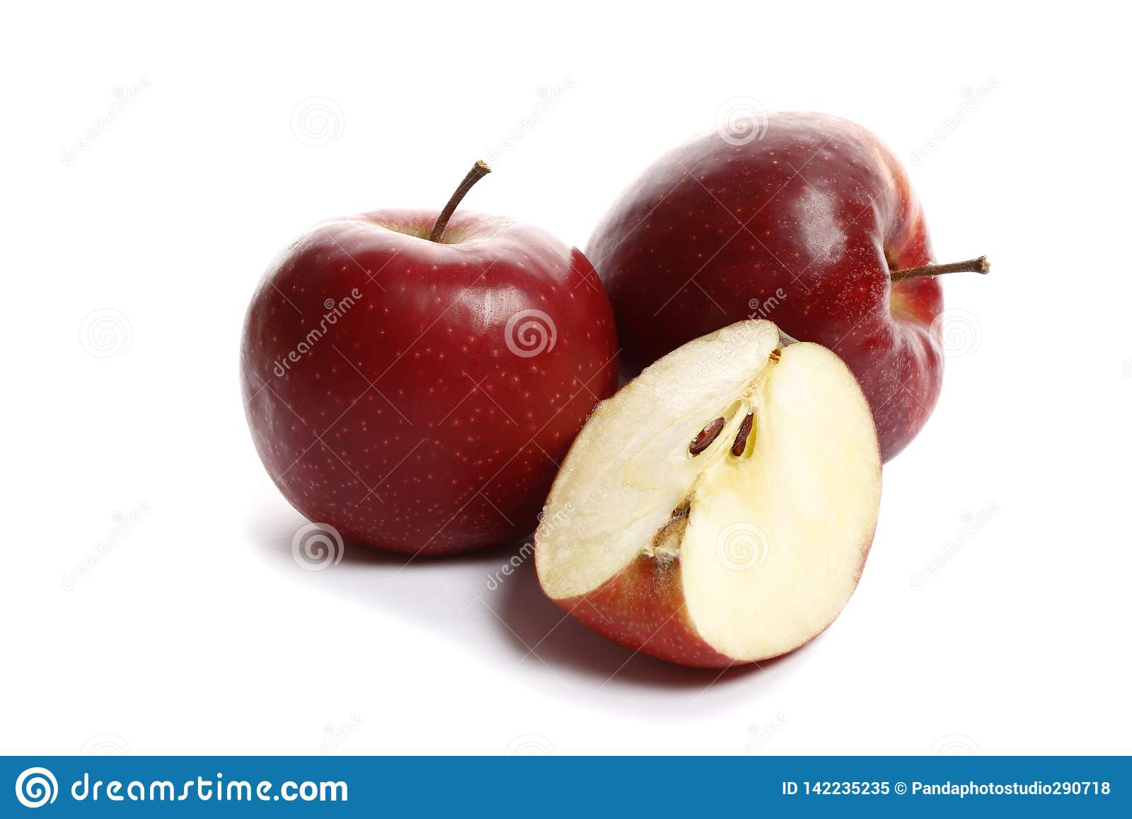 Röda söta mogna äpplen på en vit bakgrund