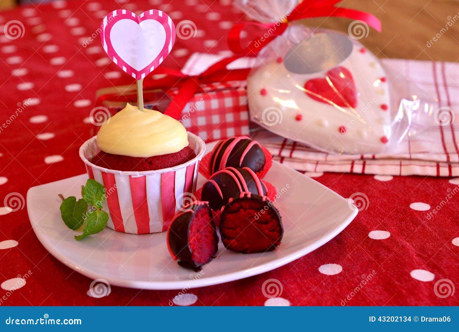 Download Röda sammettårtapop arkivfoto. Bild av cake, pralines - 43202134