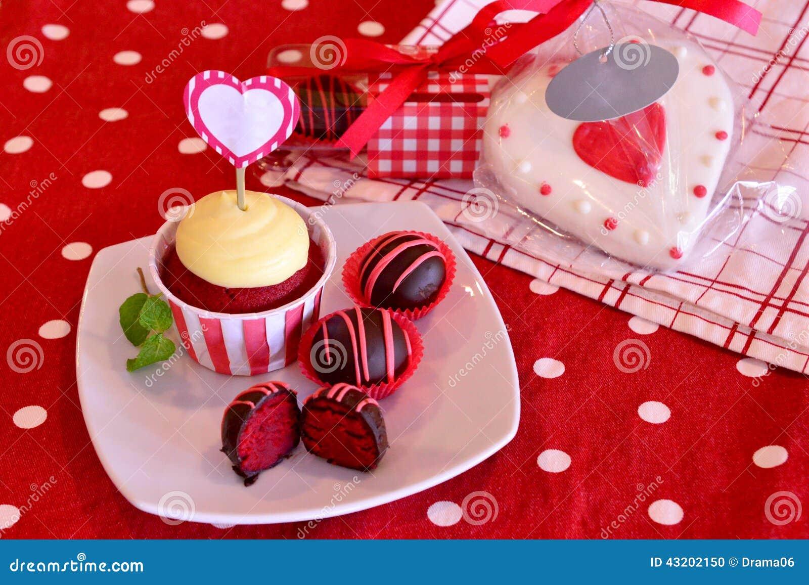 Download Röda sammettårtapop arkivfoto. Bild av bagerit, bakelse - 43202150