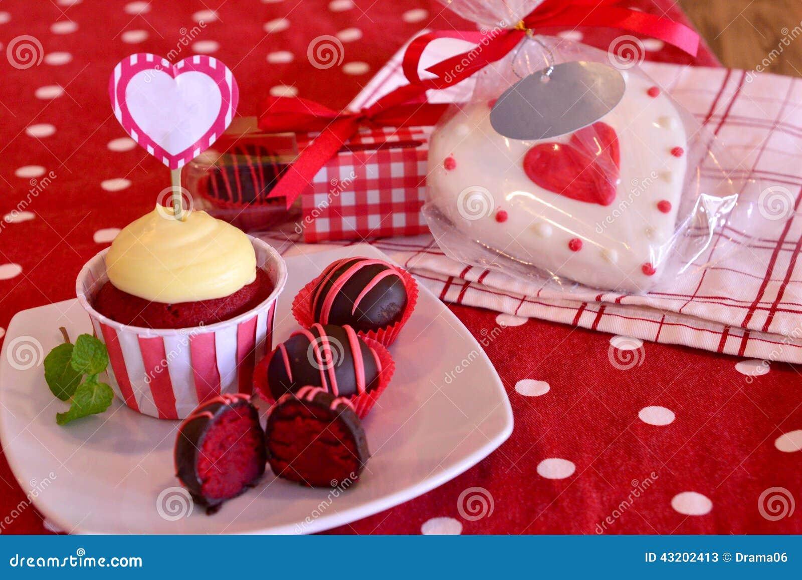 Download Röda sammettårtapop fotografering för bildbyråer. Bild av frosting - 43202413
