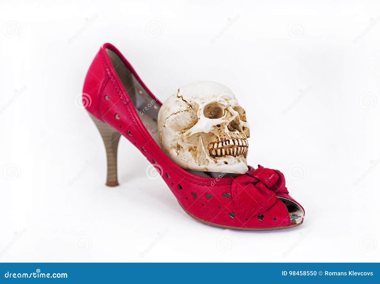 Röda skor för kvinna och liten skalle