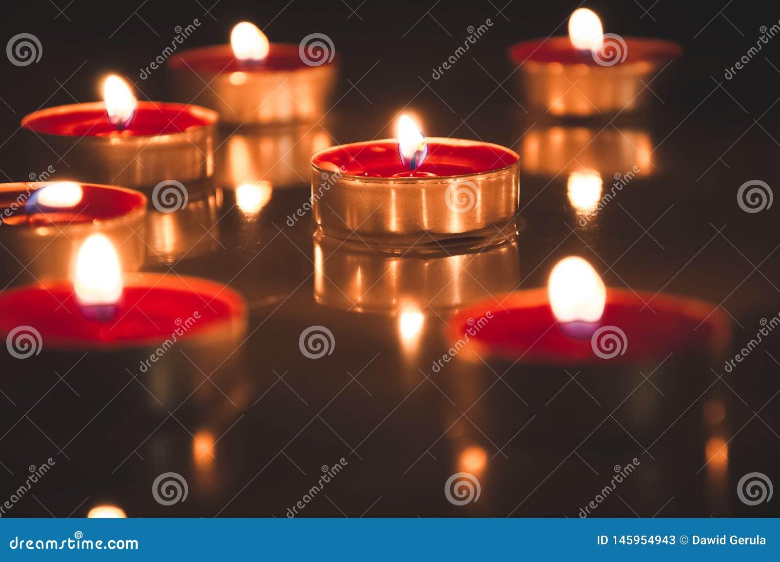 Röda stearinljus som glöder i natten