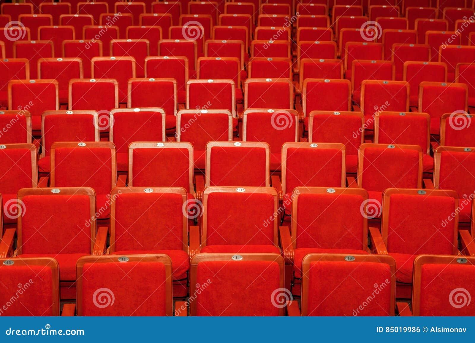 Röda stolar för åhörarna i bion eller teatern