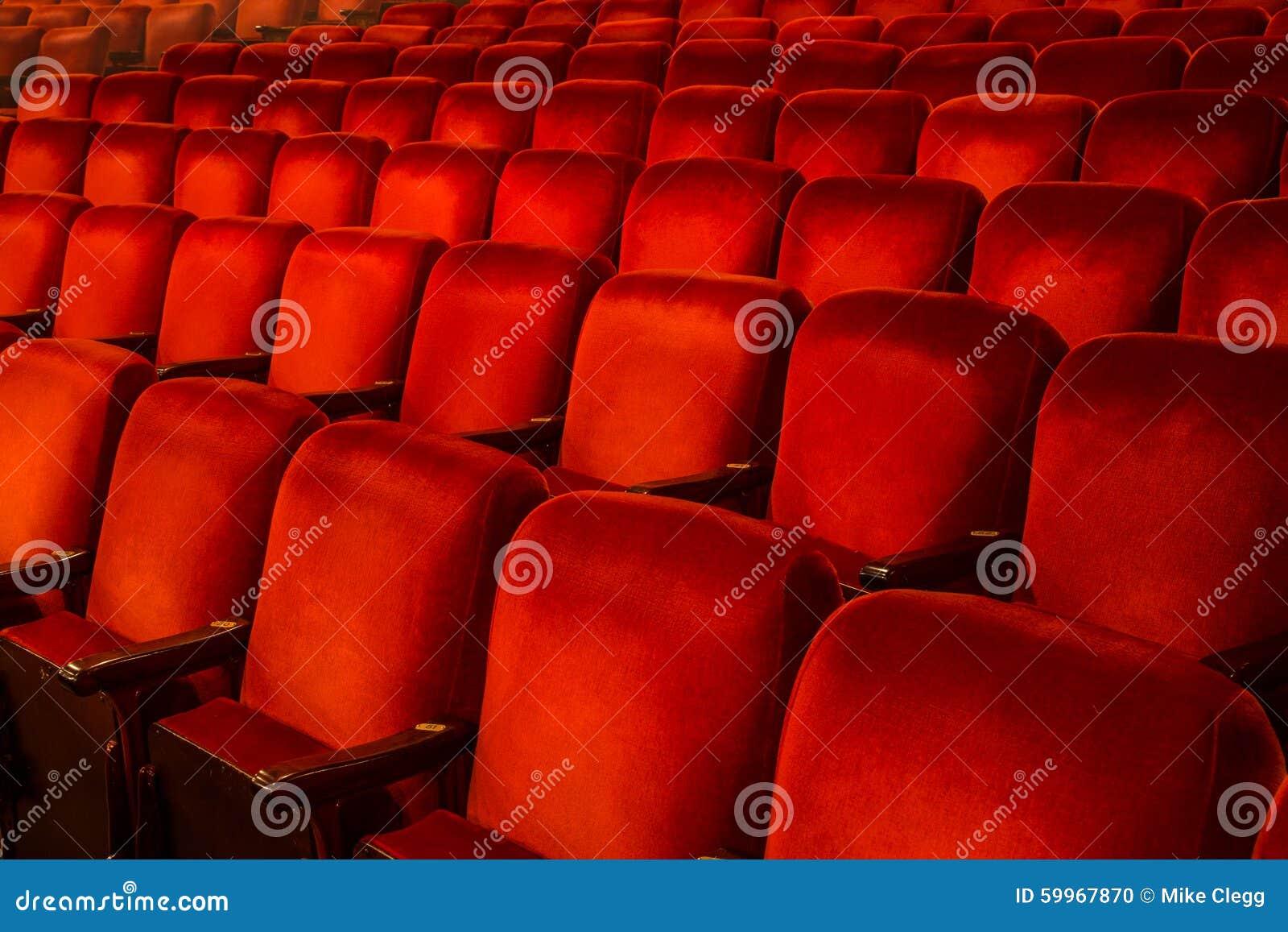 Röda stolar inom en teater