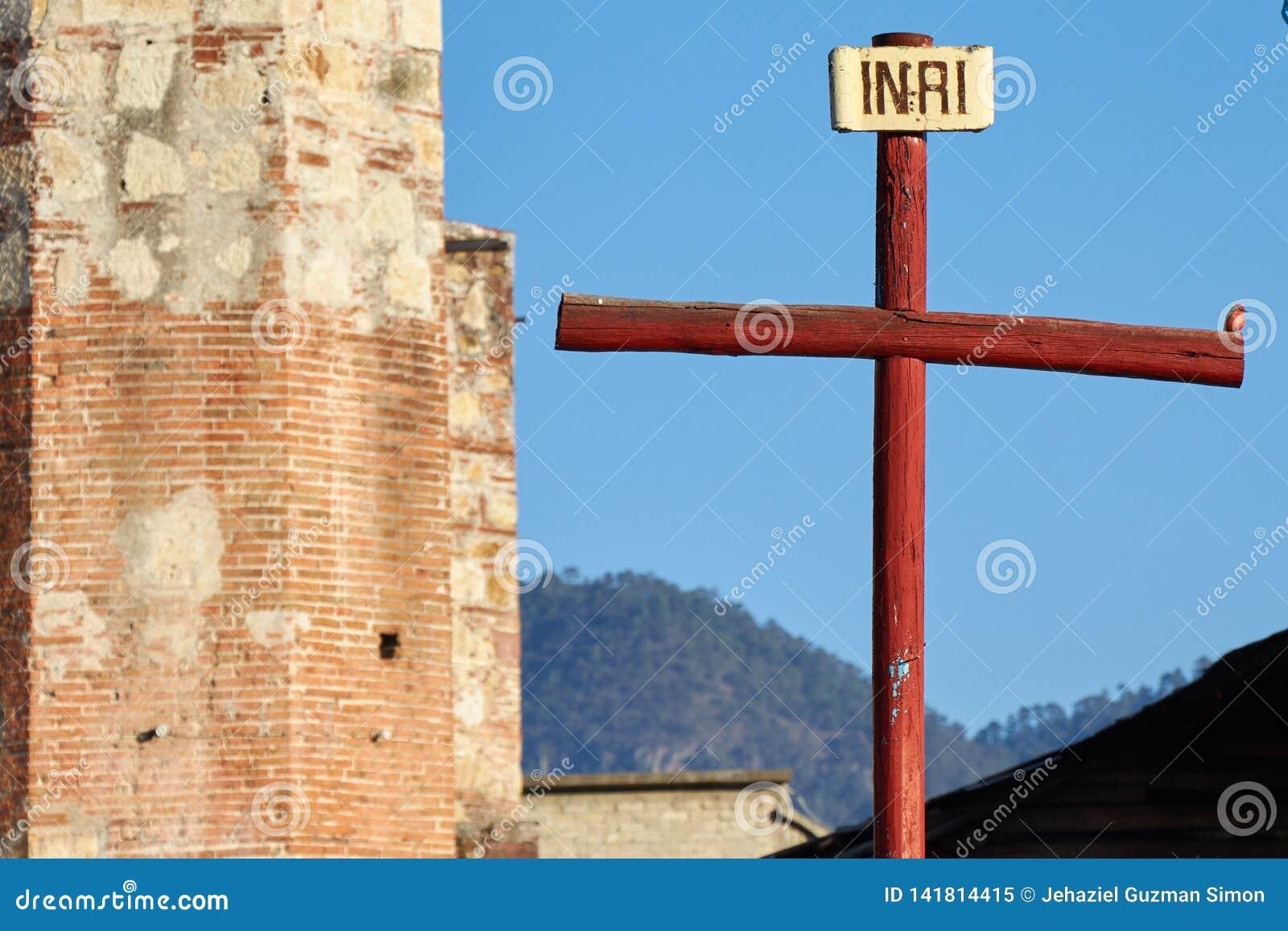 Rödhake som sätta sig på ett kors