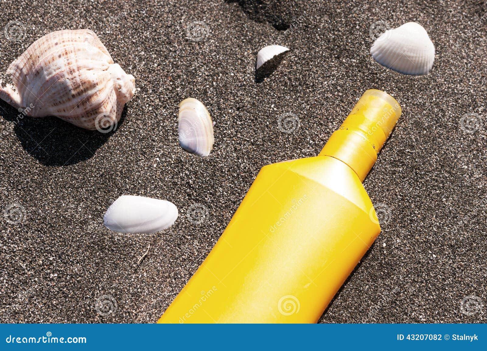 Download Rör med solskyddet arkivfoto. Bild av yellow, skydd, hälsa - 43207082