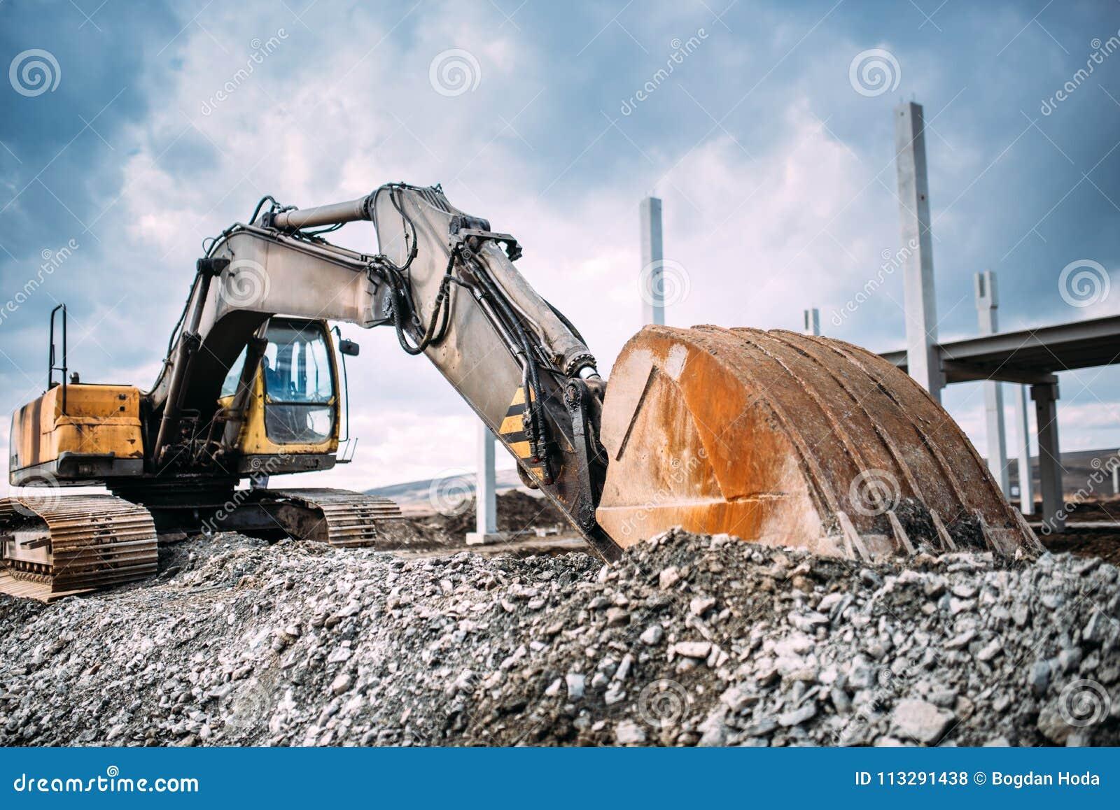 Rörande grus för industriell tung grävskopa på huvudvägkonstruktionsplats Åtskilligt industriellt maskineri på konstruktionsplats