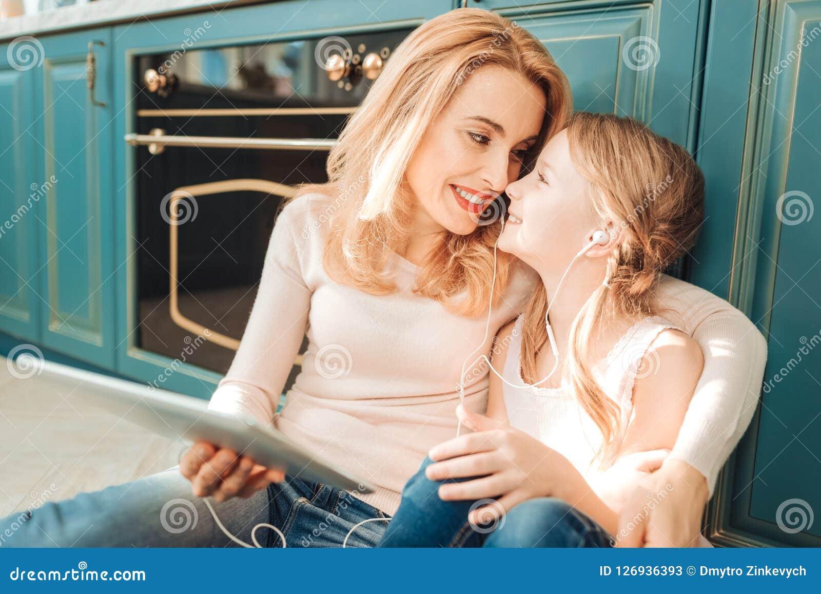 Rörande näsa för snäll mamma av hennes unge