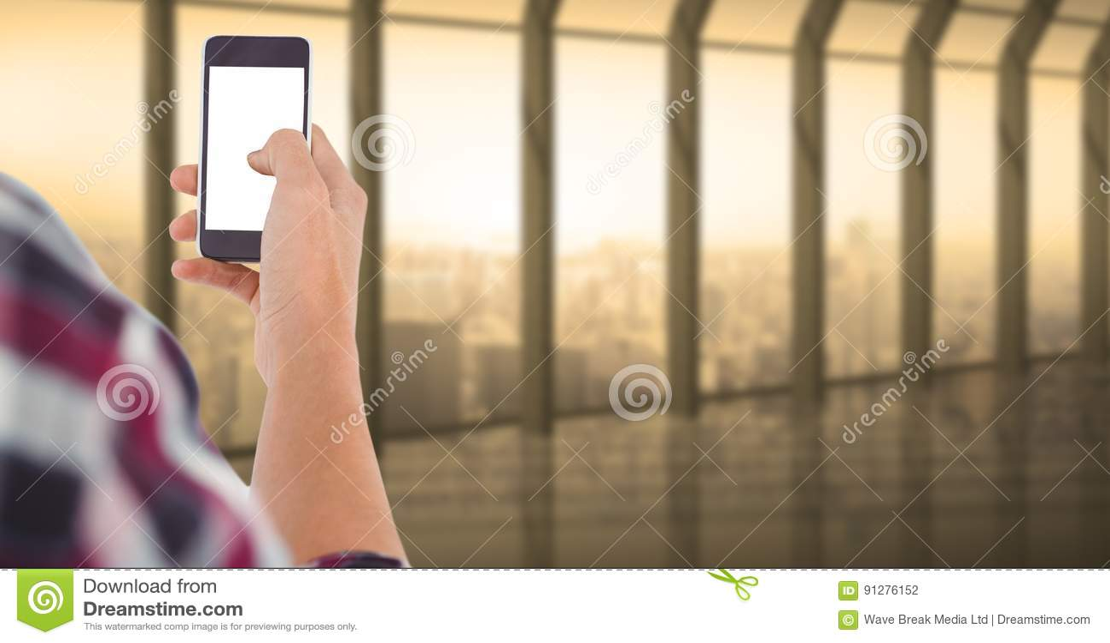 Rörande tom skärm för person av den smarta telefonen i regeringsställning