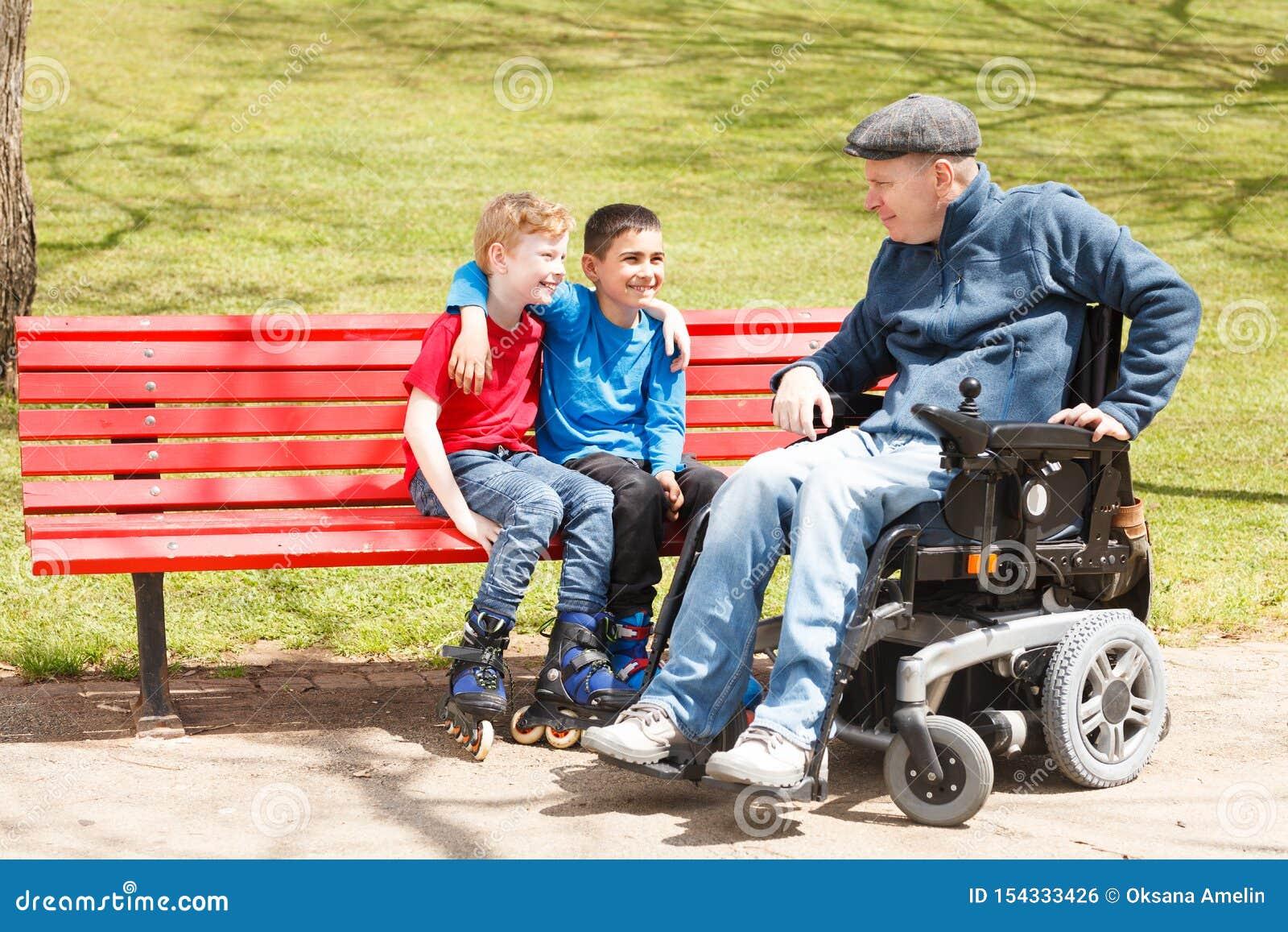 Rörelsehindrad farsalek med söner