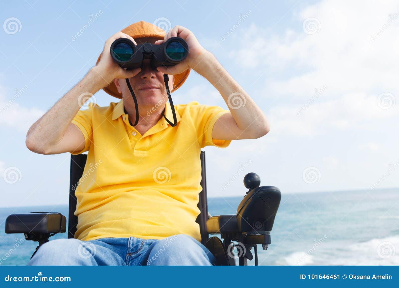 Rörelsehindrad man med binokulärt