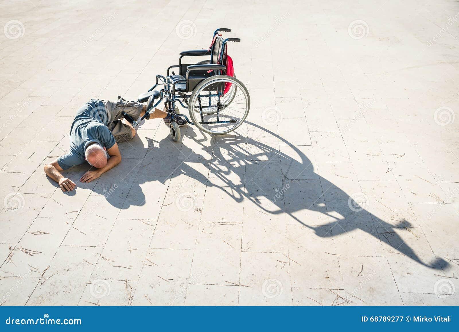 Rörelsehindrad man med handikapp på olyckskrasch med rullstolen