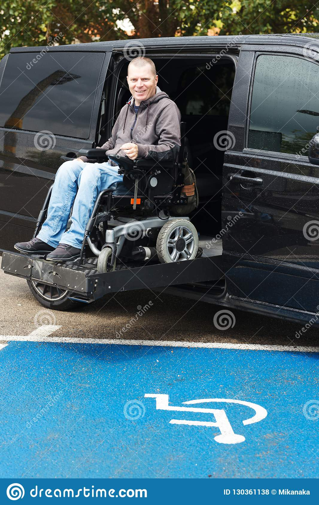Rörelsehindrad man på rullstolelevator