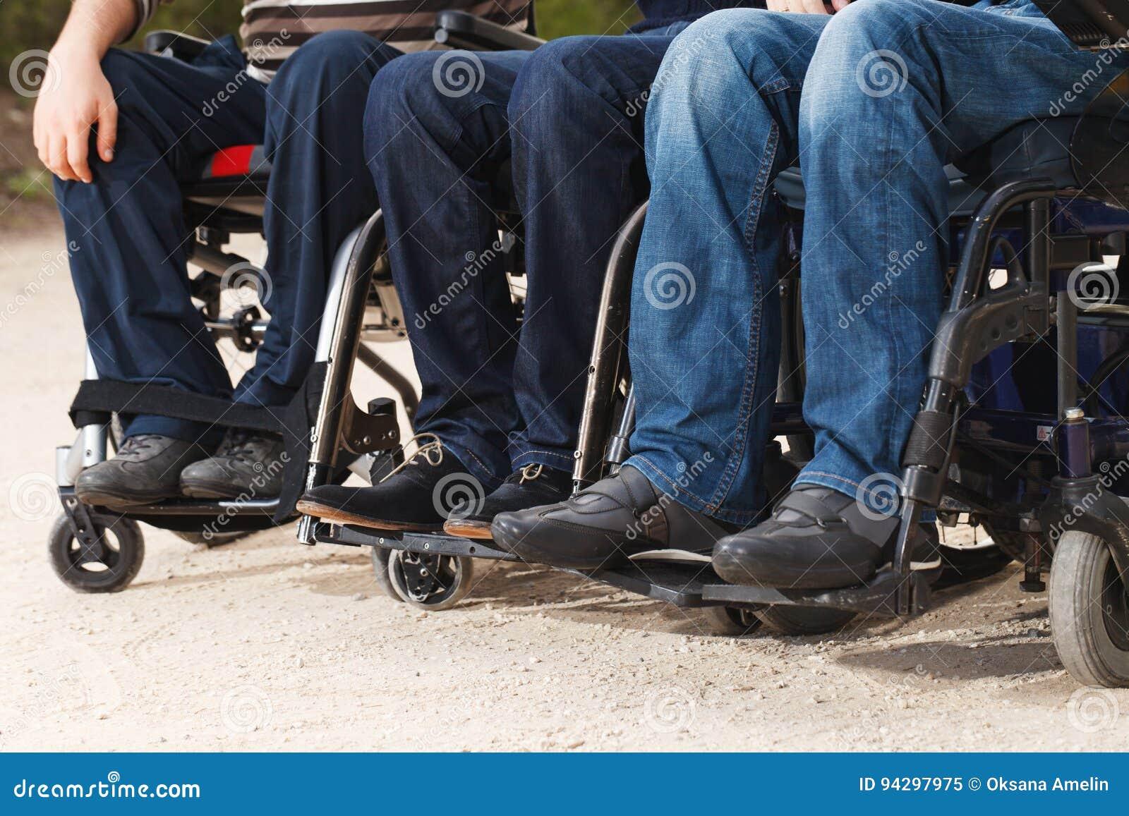 Rörelsehindrade vänner i rullstolar