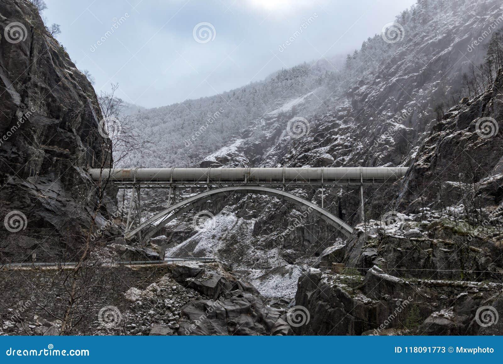 Rörledningkanjonvintern vaggar bron