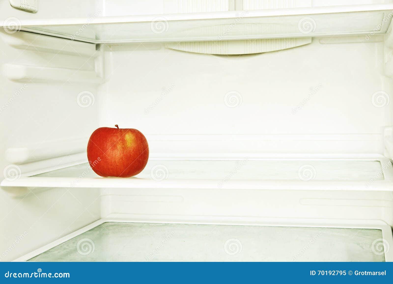 Rött enkelt äpple i tagen closeup för inhemskt kylskåp