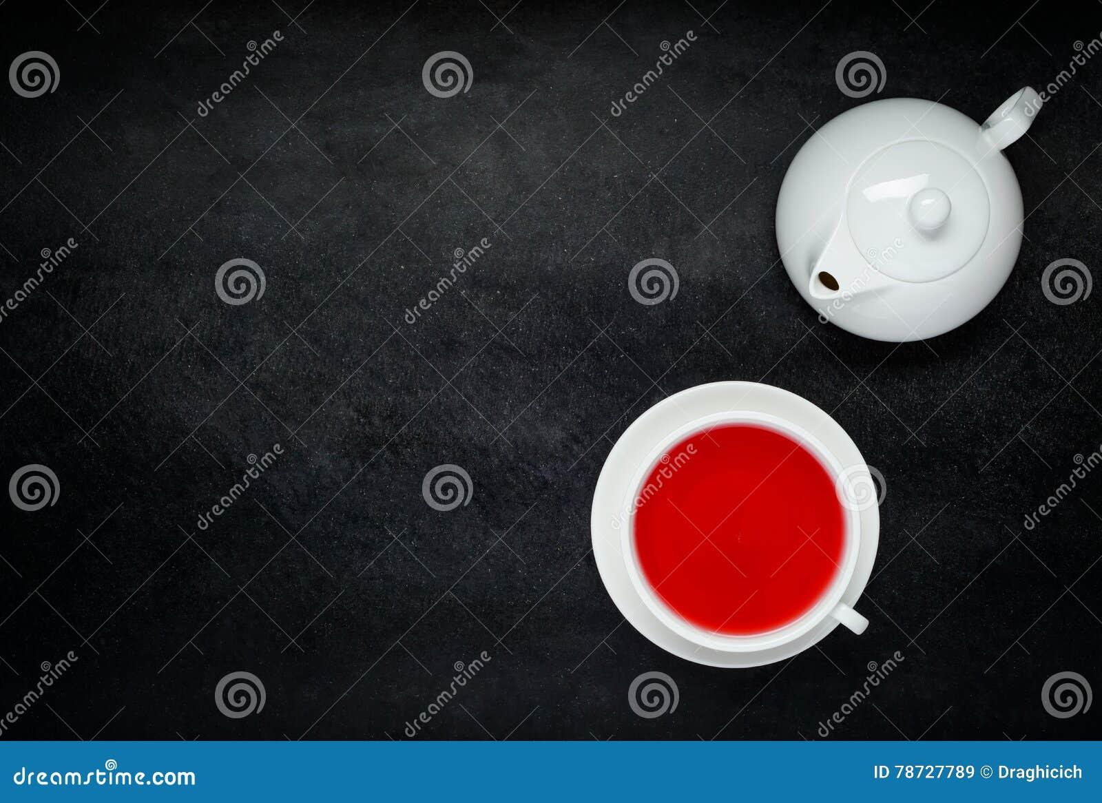 Rött fruktte med vitt tekanna- och kopieringsutrymme