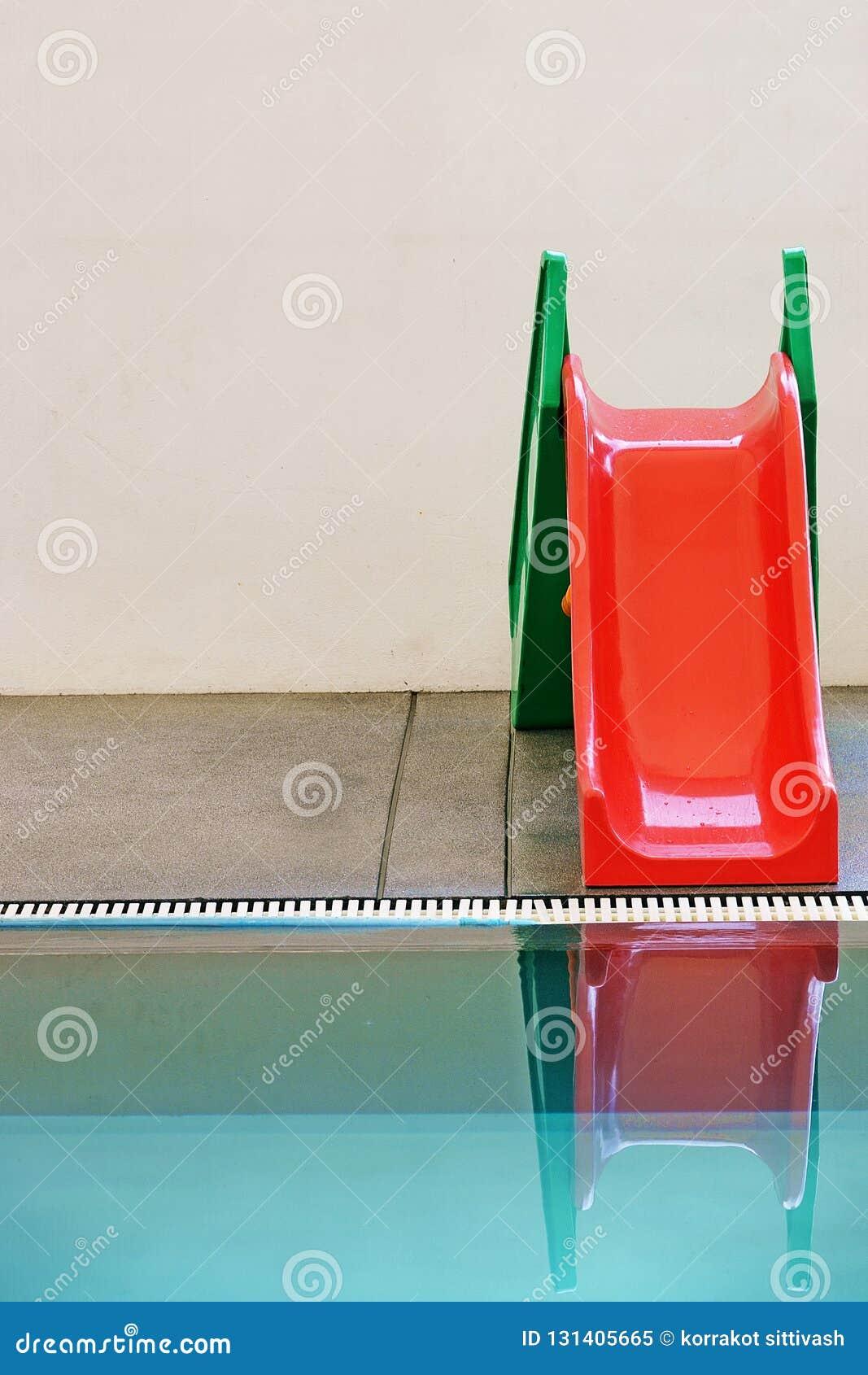 Rött grönt, vattenglidare i simbassäng