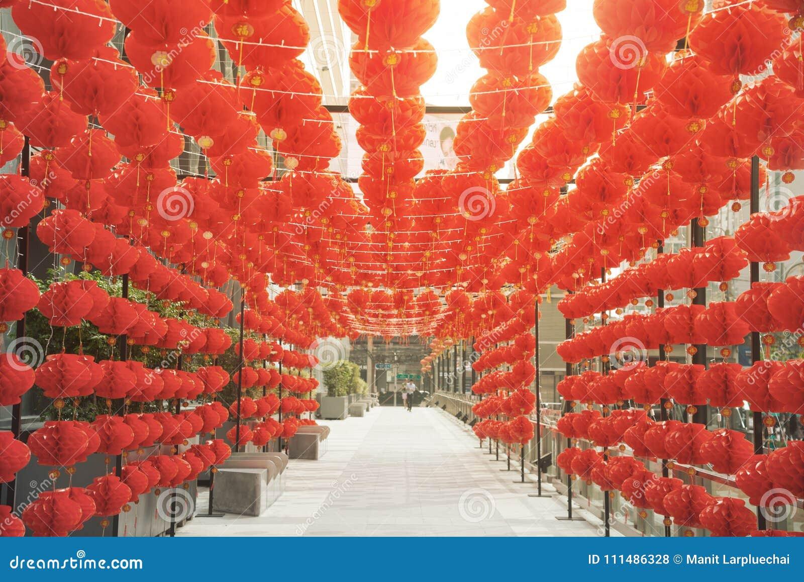 Rött hänga för kinesisk stil för komplamplykta dekorerade i kinesisk festival för nytt år