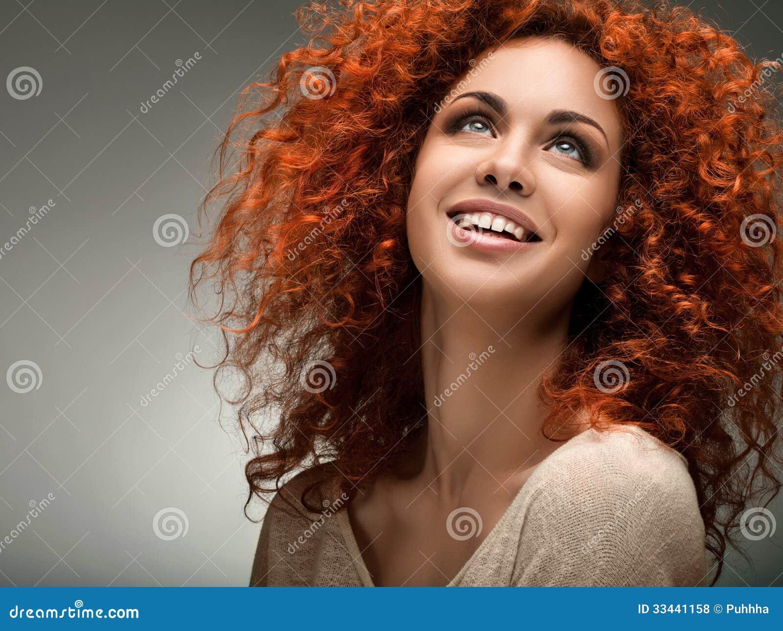 rött lockigt hår