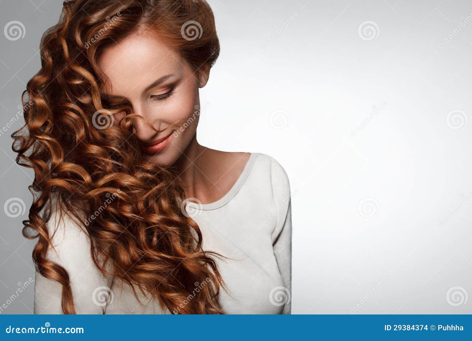 Rött hår. Kvinna med härligt lockigt hår