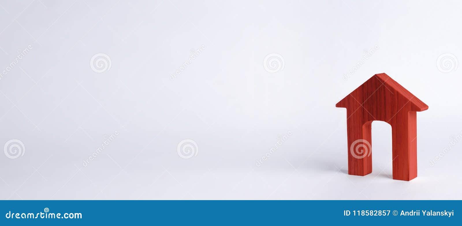 Rött hus med en stor dörröppning på en vit bakgrund Begreppet av köpande och säljafastigheten, uthyrnings- hus _
