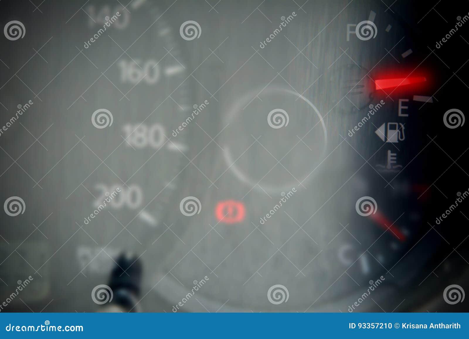 Rött mått för bränsle som visar den nästan tomma behållaren