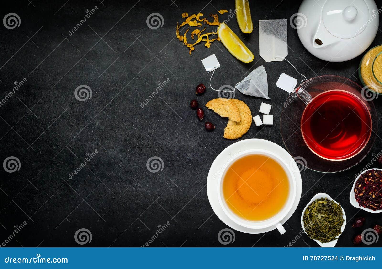 Rött och gult te med ingredienser på kopieringsutrymme