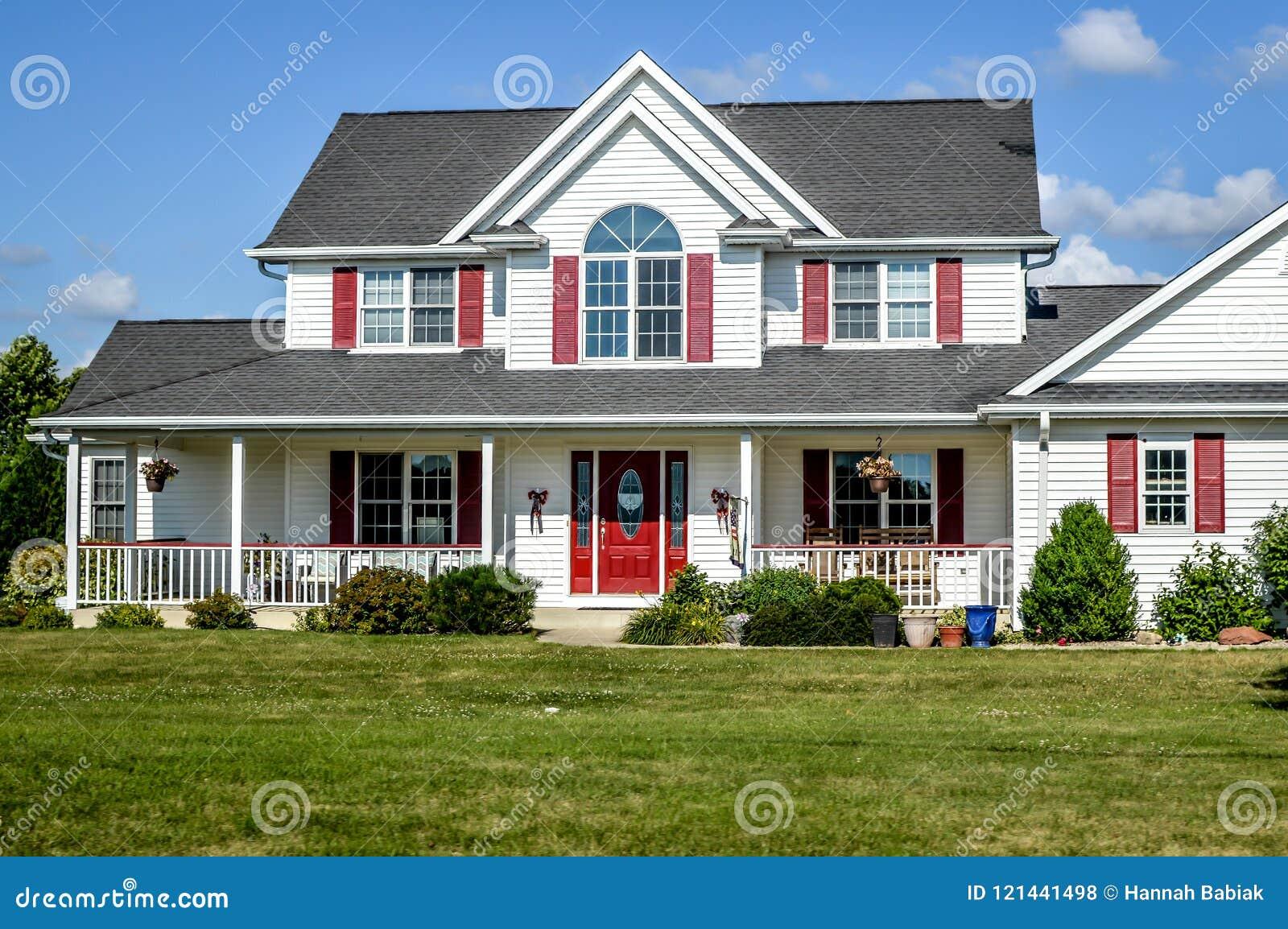 Rött och vitt hus för två berättelse