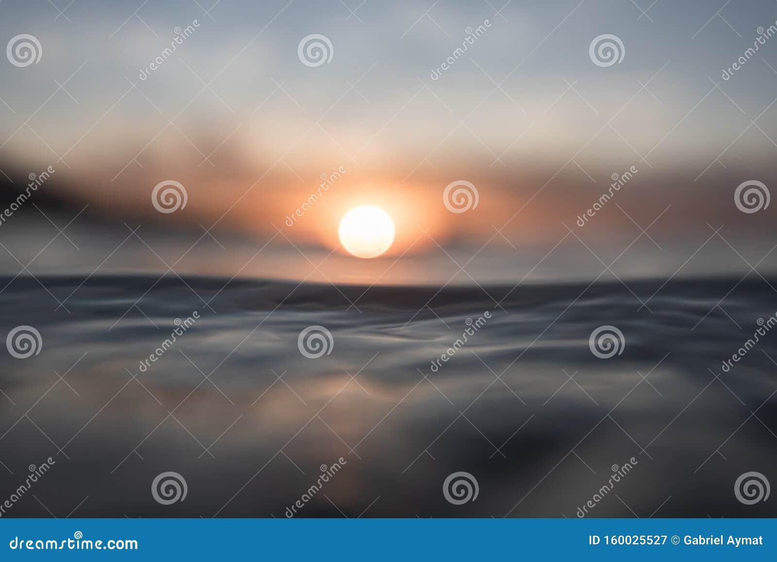RÖTT SUNSET OCH REFLEKTIONER PÅ HAVET