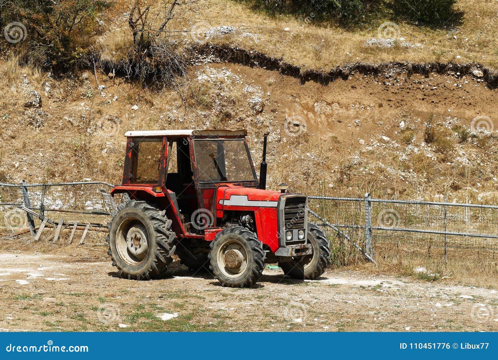 Rött traktorfält