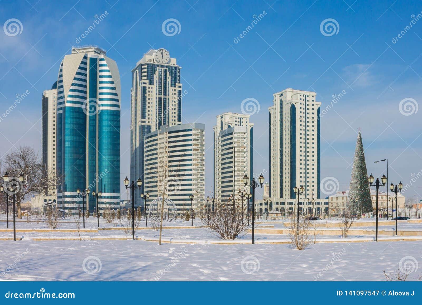 RÚSSIA, Chechnya, Grozniy - 5 de janeiro de 2016: Arranha-céus da Grozny-cidade, república chechena