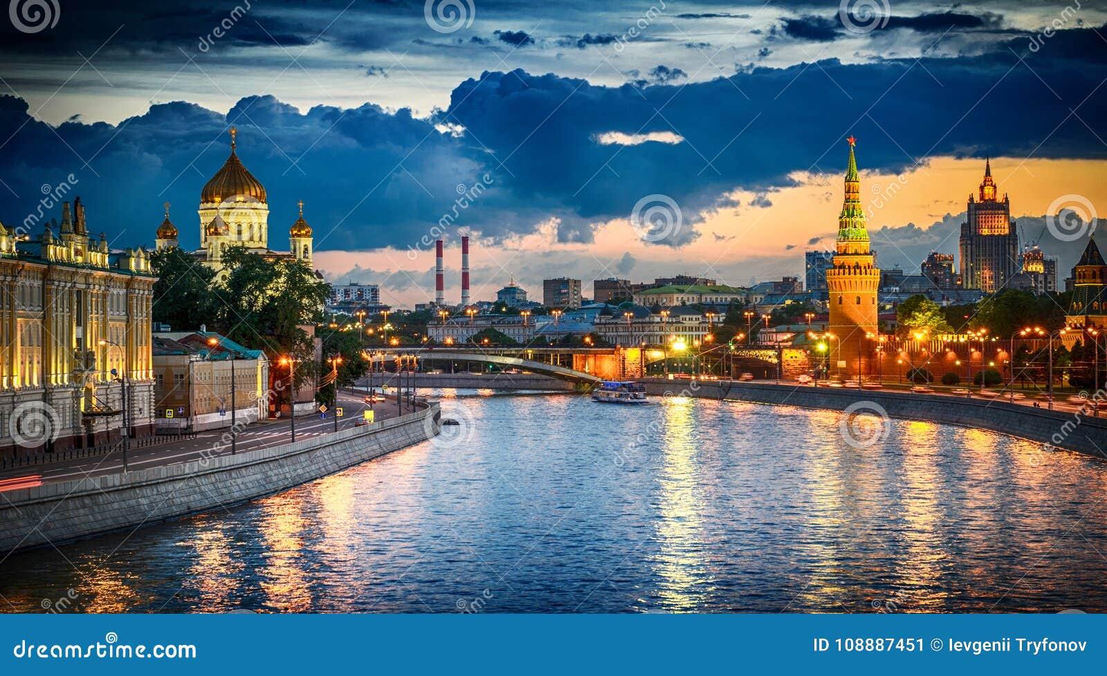 Rússia, Moscou, opinião da noite do rio e do Kremlin