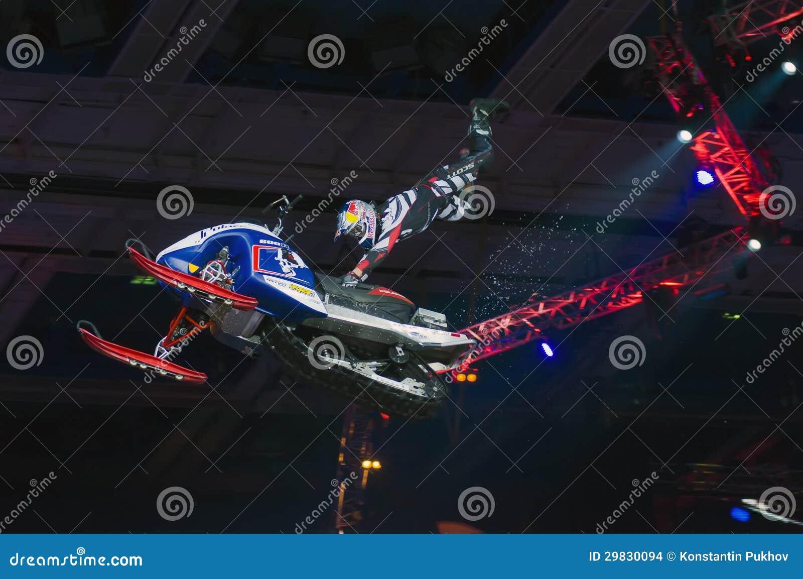 Daniel Bodin (Bélgica) em um snowmobile no festival de tipos extremos dos esportes Proryv