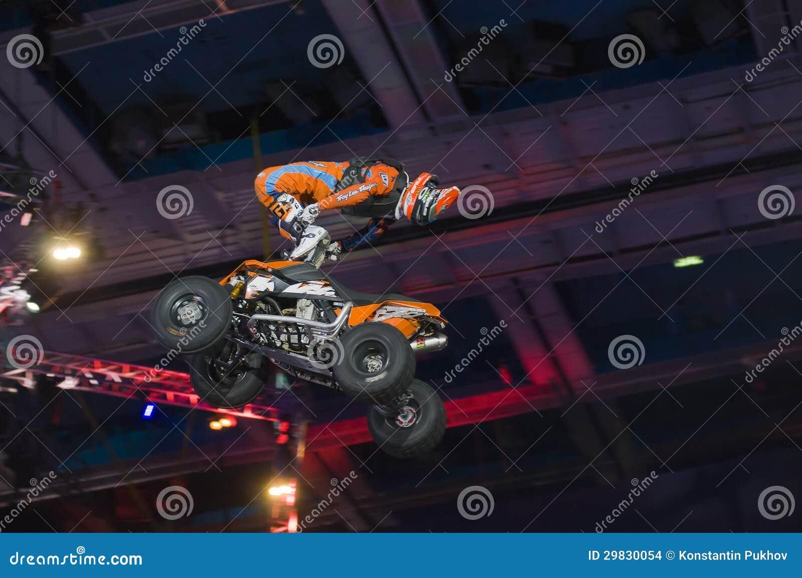 Hugo Ariazu que faz truques em seu ATV