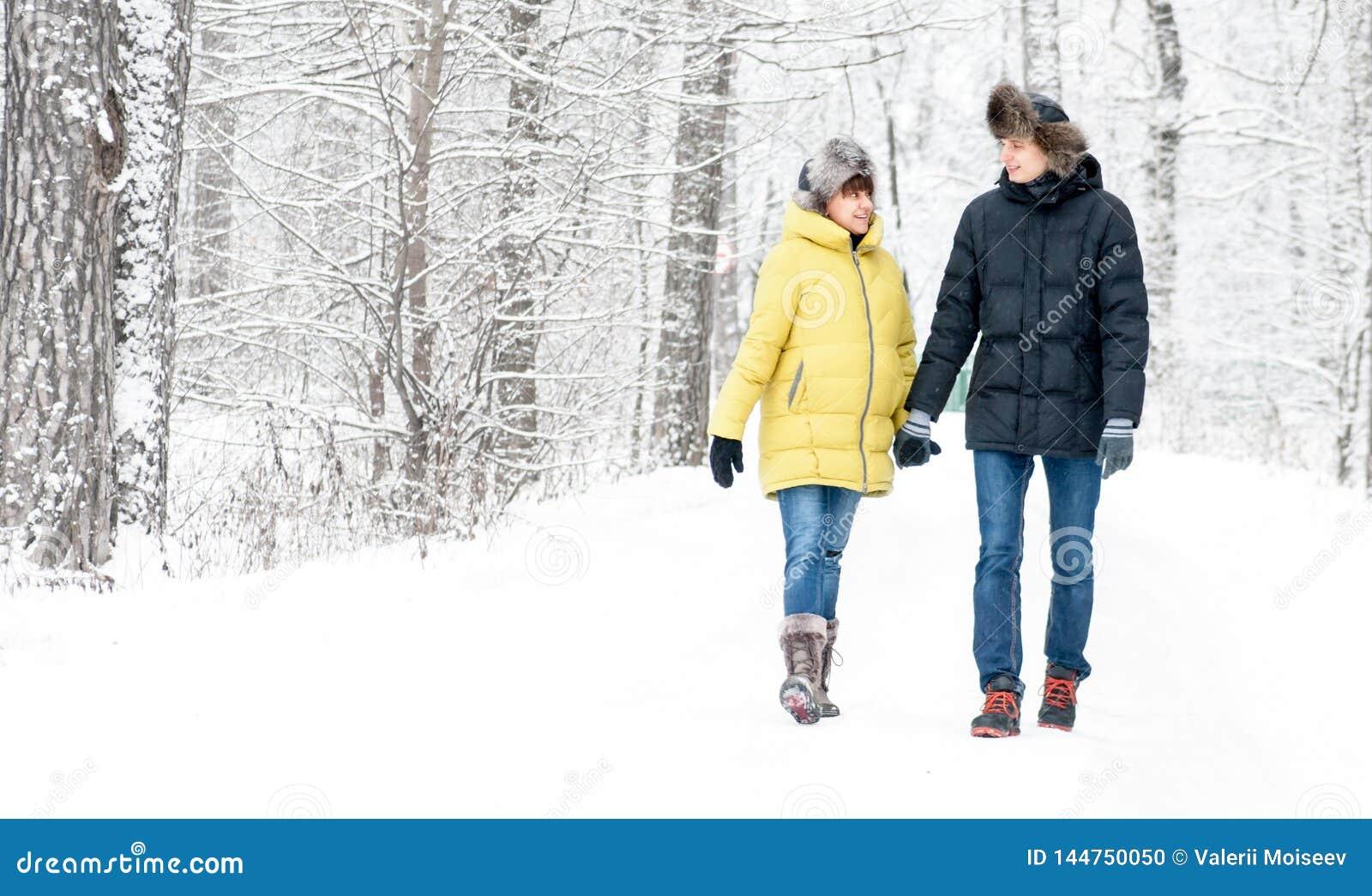 Rússia, Ryazan 4 de janeiro de 2017: abraços do marido e passeio com a esposa grávida na floresta do inverno