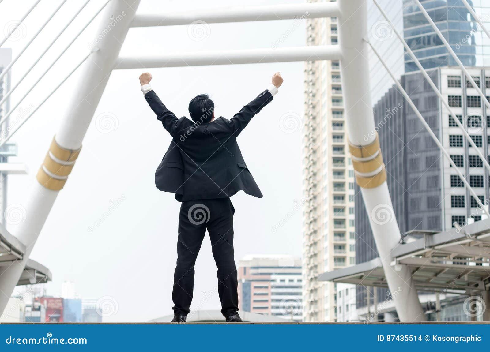 Rückseite von asiatischen Geschäftsmannhänden oben mit glücklichem Moment