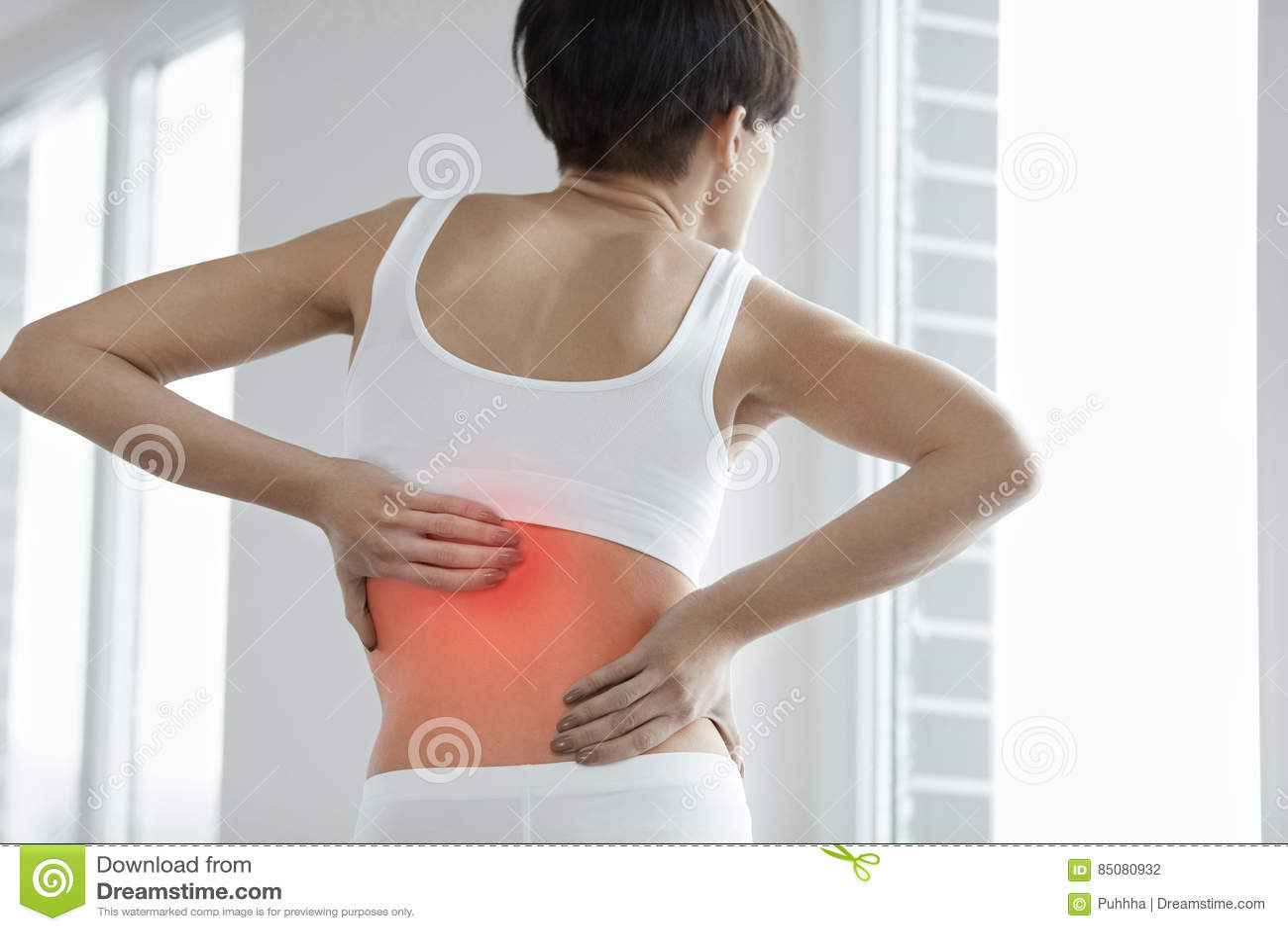 Rückseitige Schmerz Nahaufnahme des Frauen-Körpers mit Schmerz-herein Rückseite, Rückenschmerzen