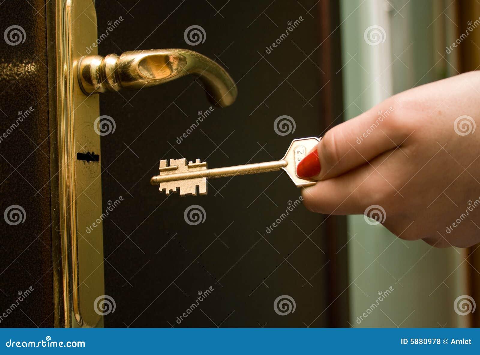 Ręce 2 żelaza klucza blokowania drzwi