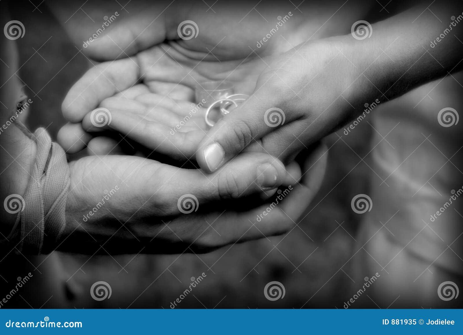 Ręce trzymają naszych przyszłych