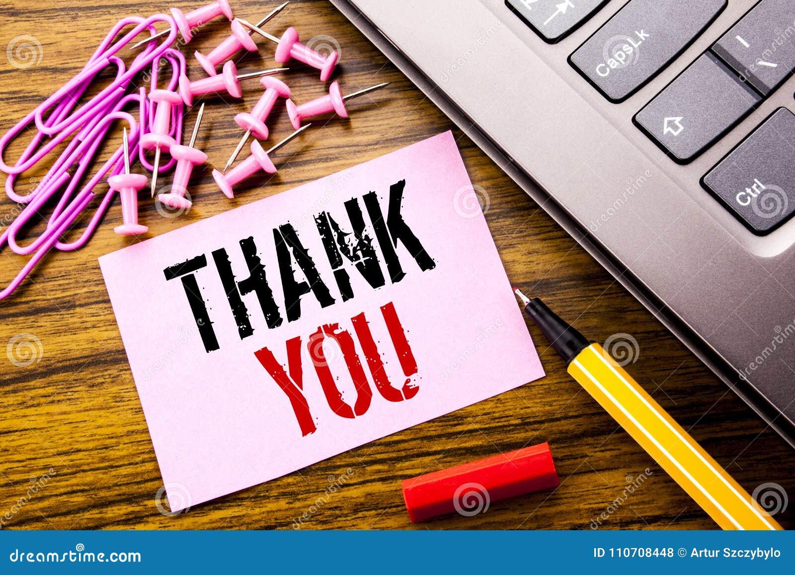 Ręcznie pisany teksta seans Dziękuje Ciebie Biznesowy pojęcie dla wdzięczność dzięki pisać na różowym kleistym nutowym papierze n