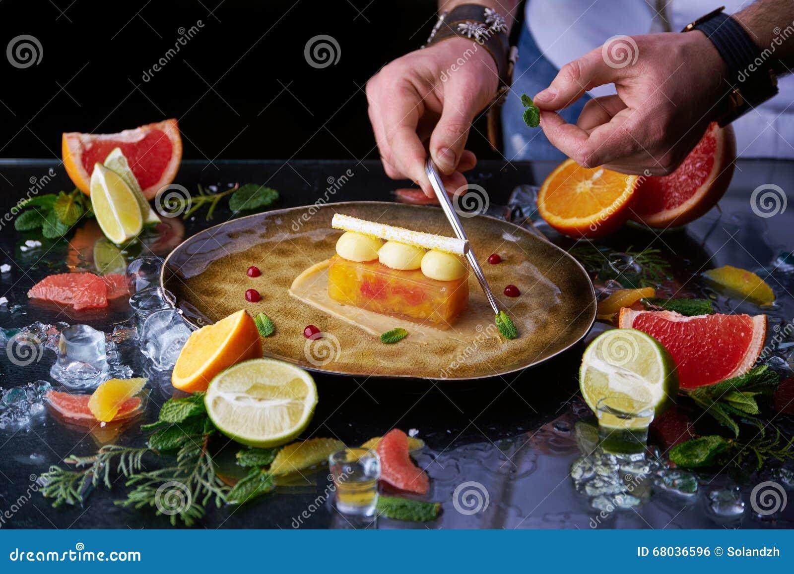 Ręcznie robiony cytrusa tarta z szef kuchni ręką
