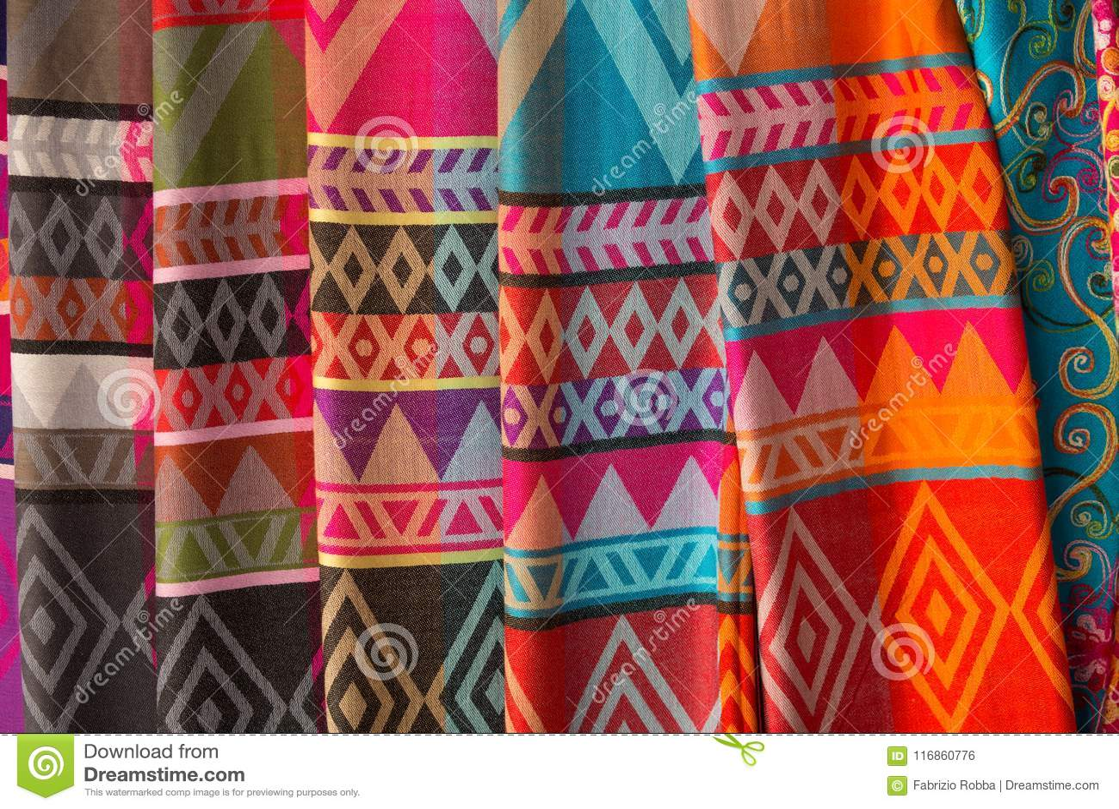 Ręcznie robiony jedwabniczy scarves w Karen wiosce, dłudzy szyi plemiona, Chiang Raja prowincja, Tajlandia
